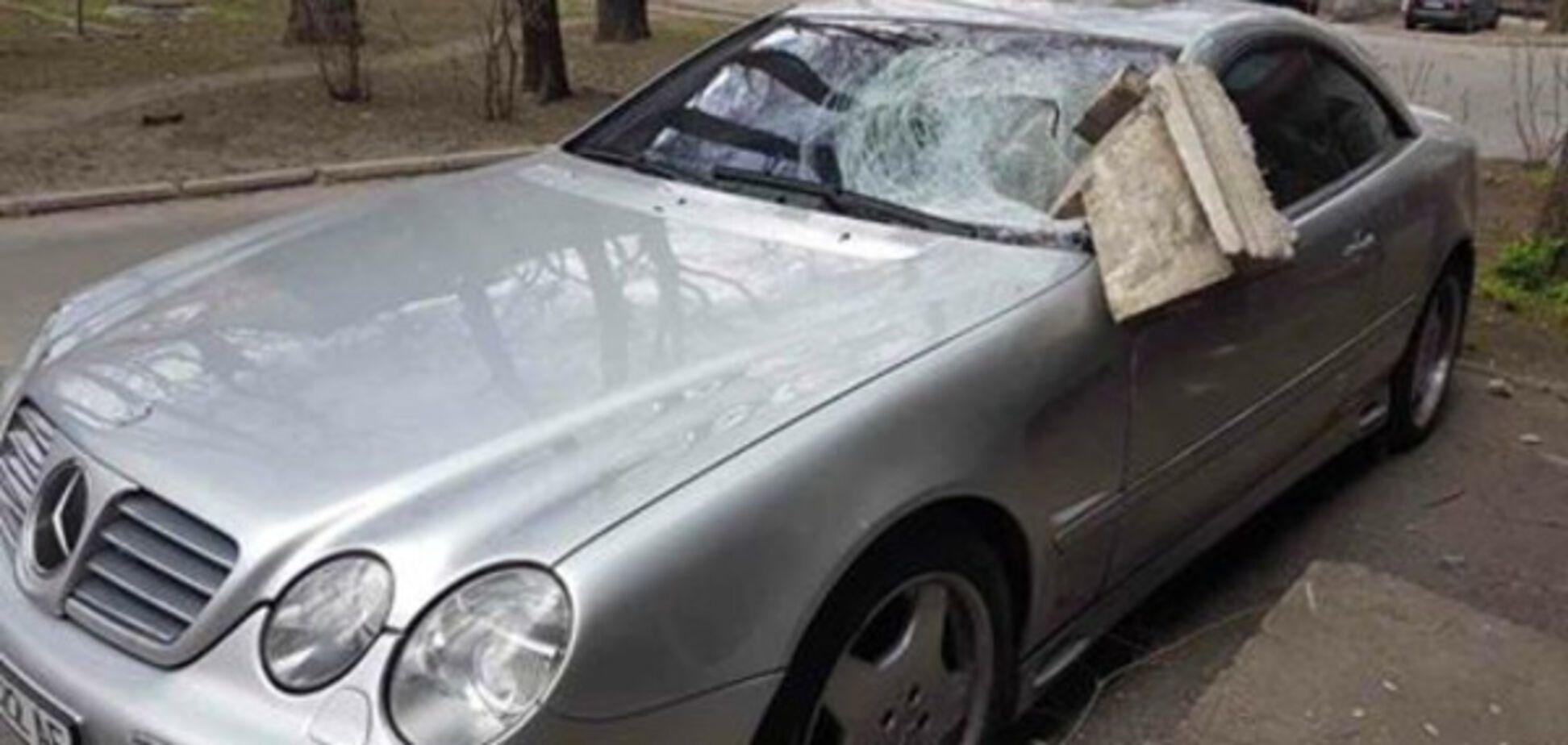 На элитную иномарку в Запорожье обвалилась часть дома (ФОТО)