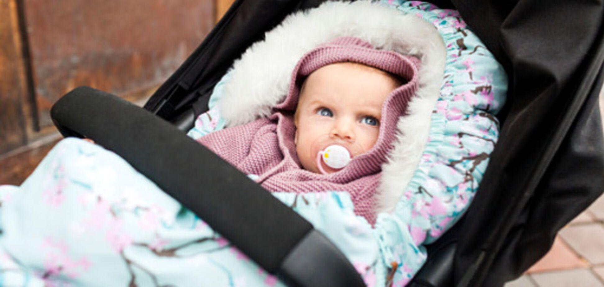 дитина в колясці