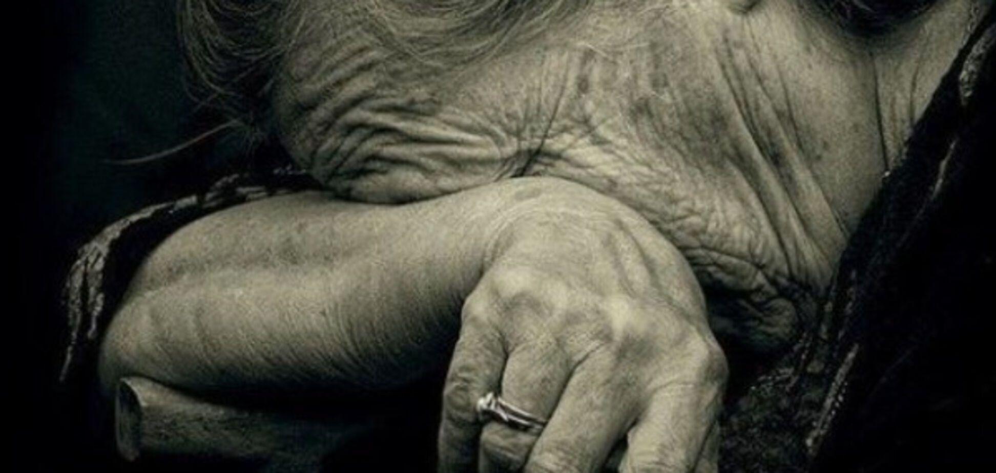 Конфликт поколений: в Запорожье внучка избила бабушку