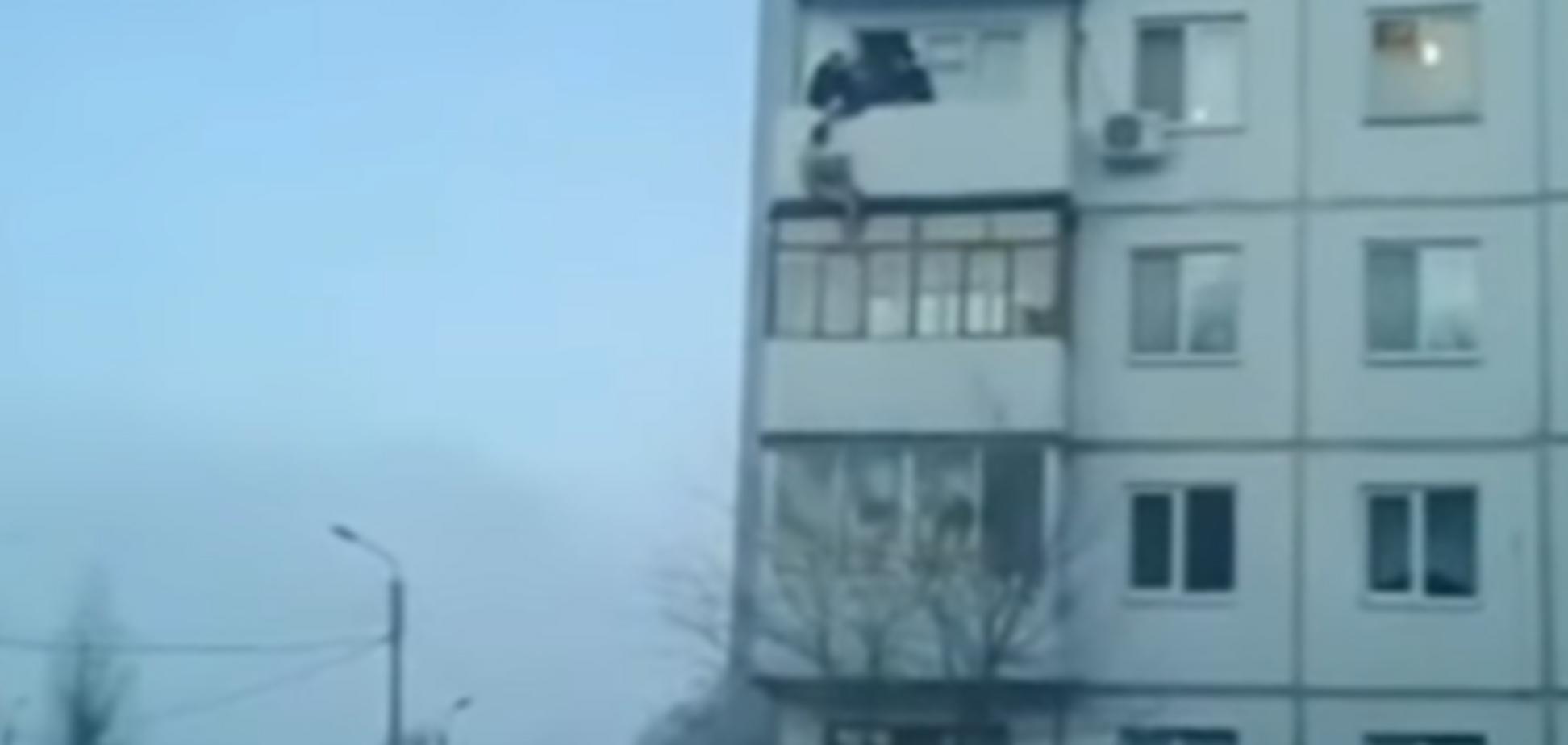 Мужчина падает