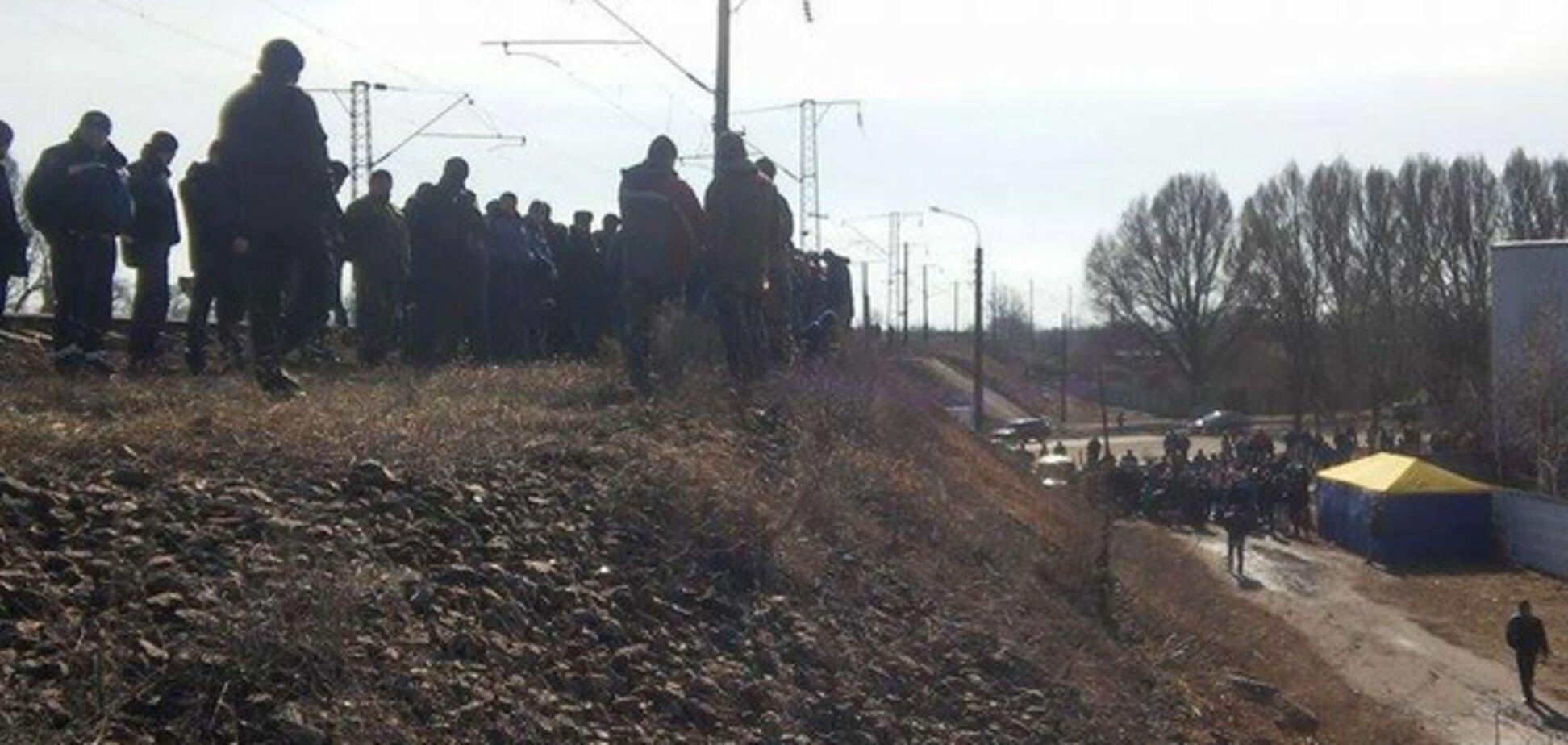 Появилось видео с места блокады российских поездов в Конотопе