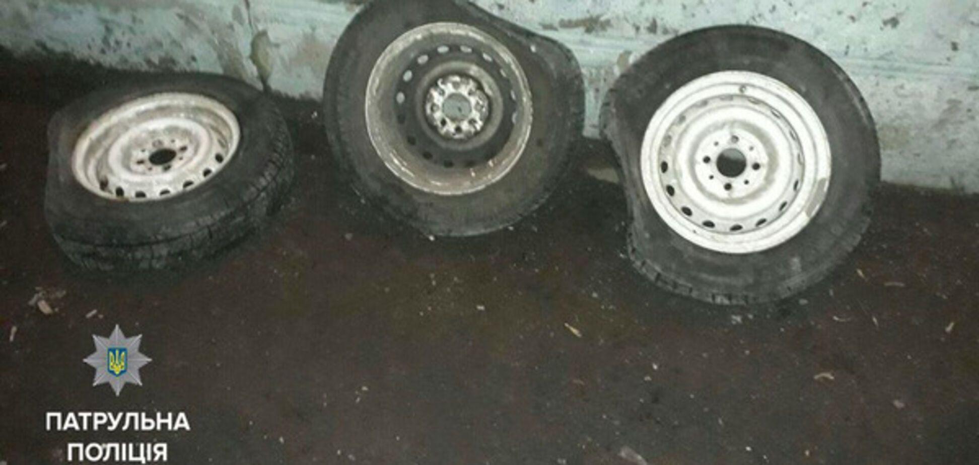В Запорожье задержали юношей, промышлявших кражей колес (ФОТО)