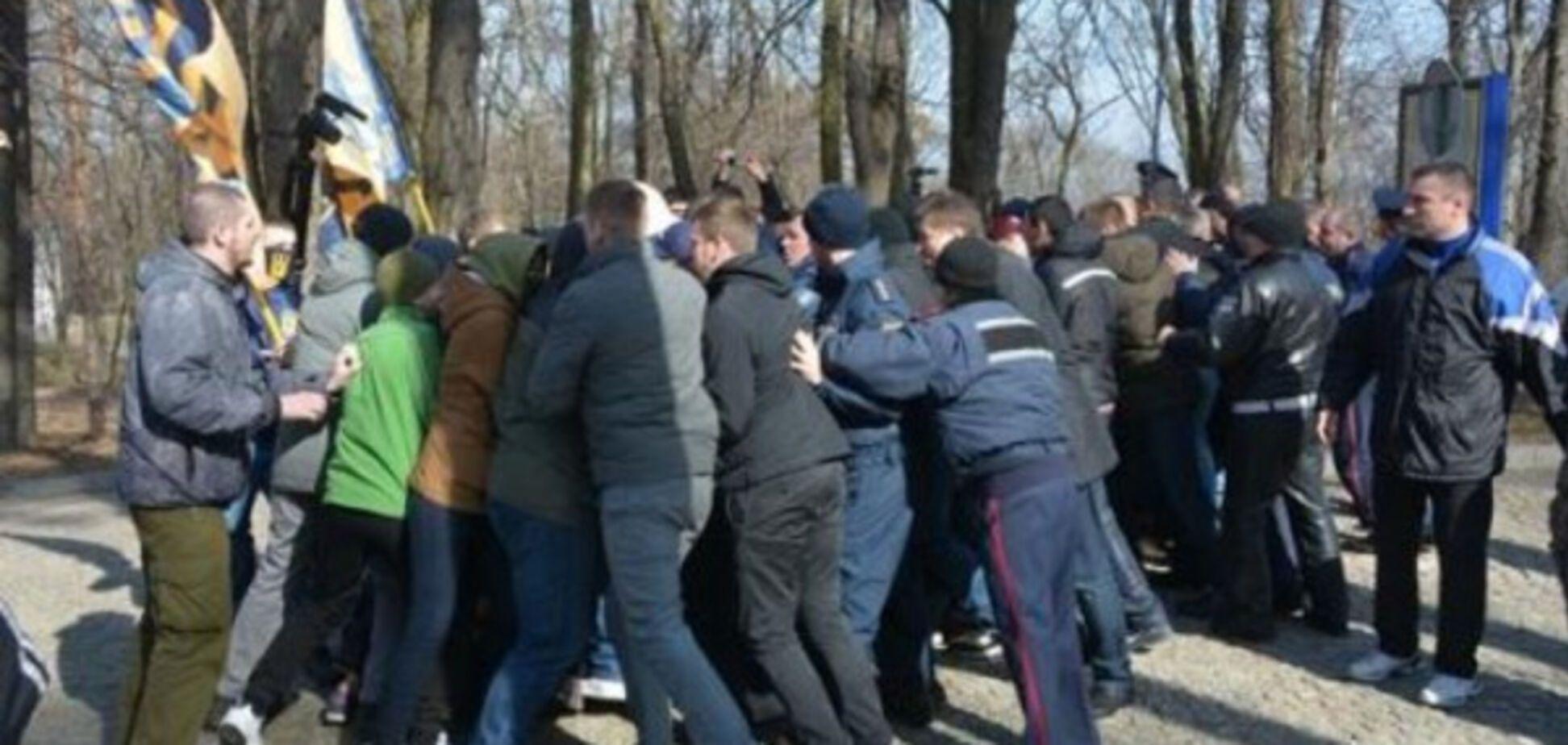 Націоналісти і люди Медведчука влаштували масову бійку на могилі Тараса Шевченка