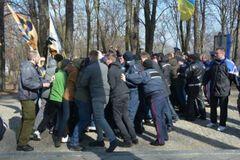 Националисты и люди Медведчука устроили массовую драку на могиле Тараса Шевченко: опубликовано видео