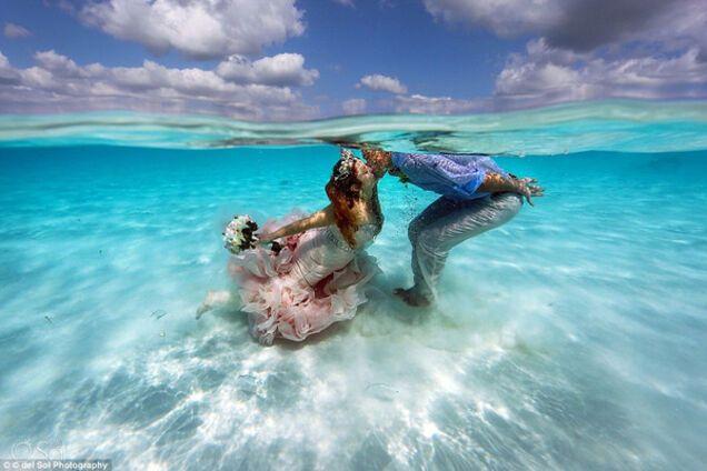 Влюбленная пара секс в море в воде видео