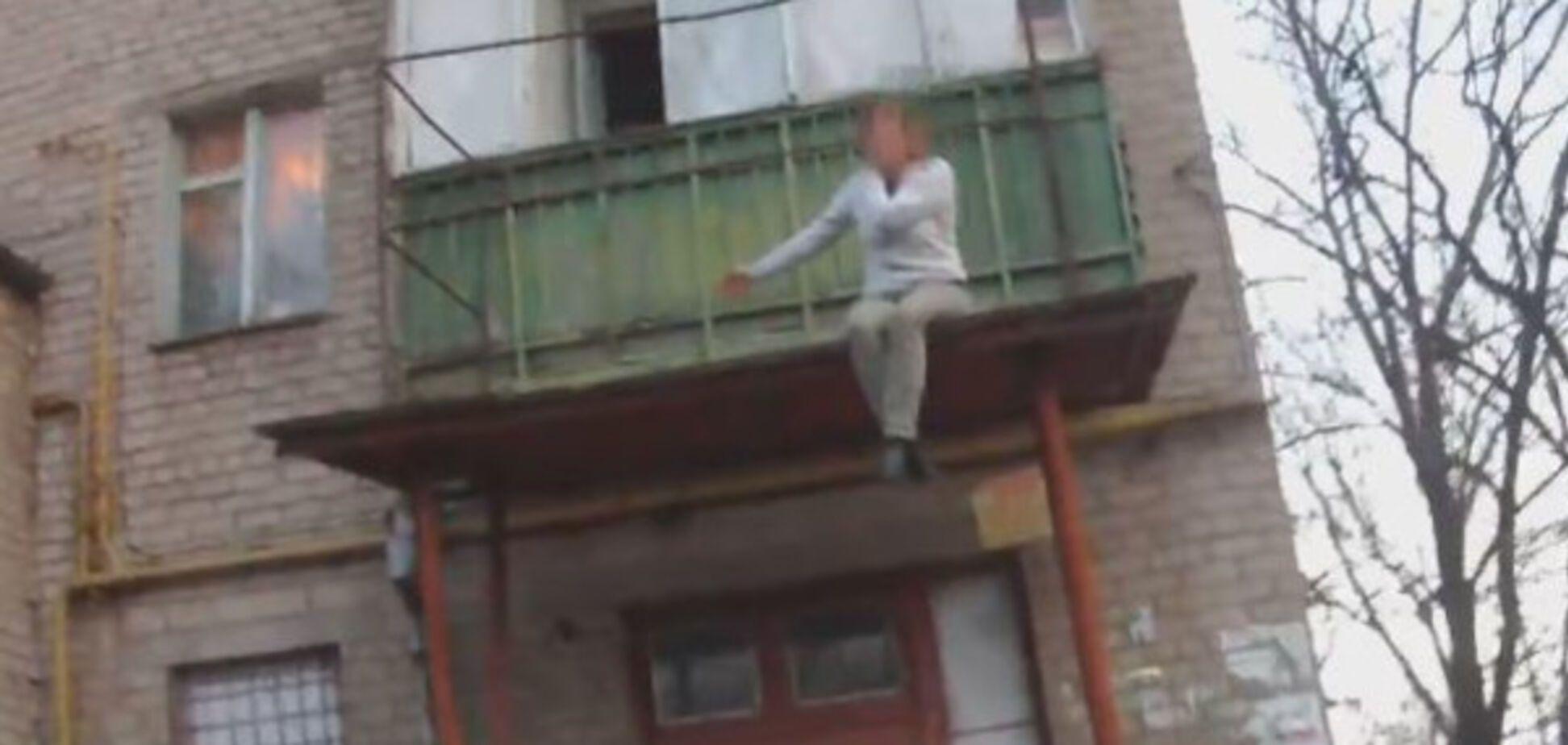 В Запорожье пьяная женщина, поссорившись с любимым, пыталась прыгнуть с балкона (ВИДЕО)