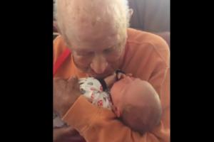 Встреча поколений: сеть покорило видео, где 105-летний прадед впервые увидел внука