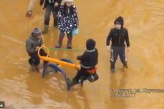 В РФ детская площадка превратилась в аквапарк