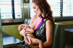 Звездные мамы, которые не стесняются публично кормить грудью