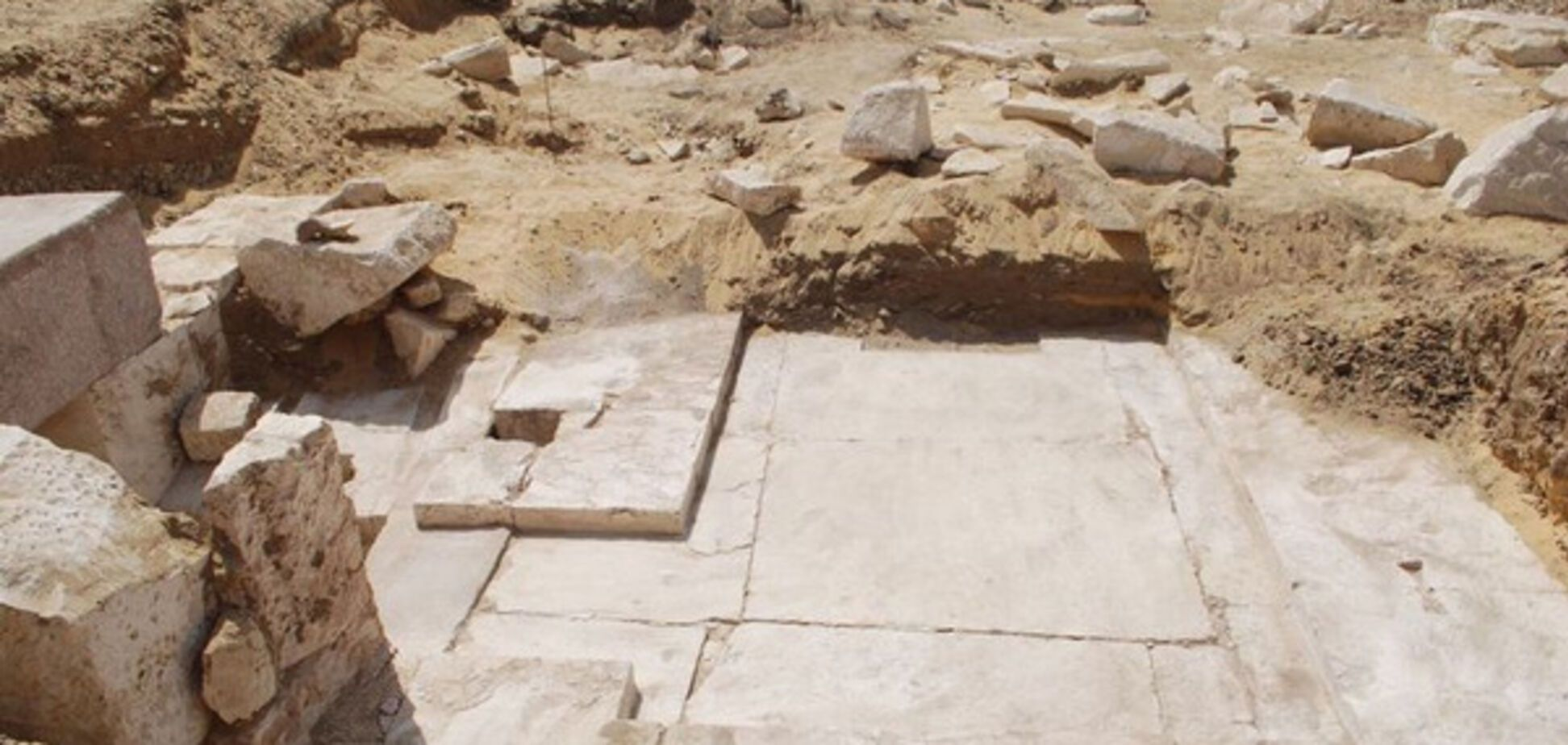 Остатки древней пирамиды в районе Дахшур под Каиром