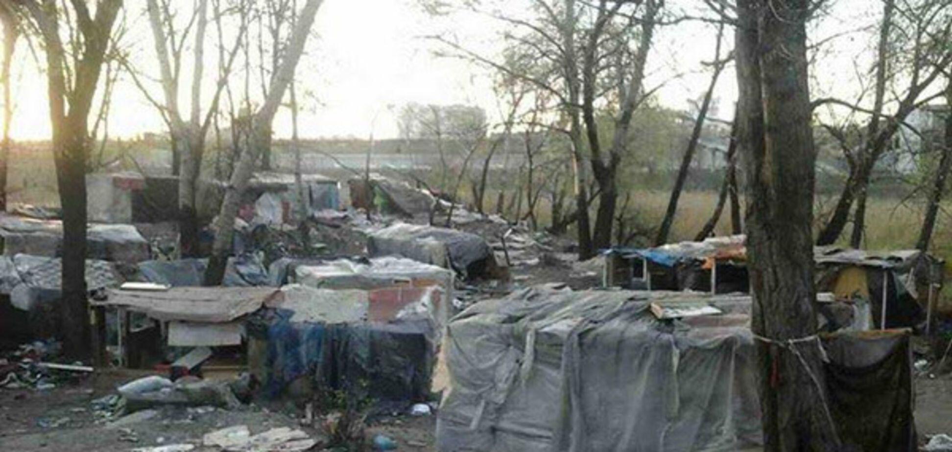 'Давно потрібно було розігнати': у Києві спалили циганський табір