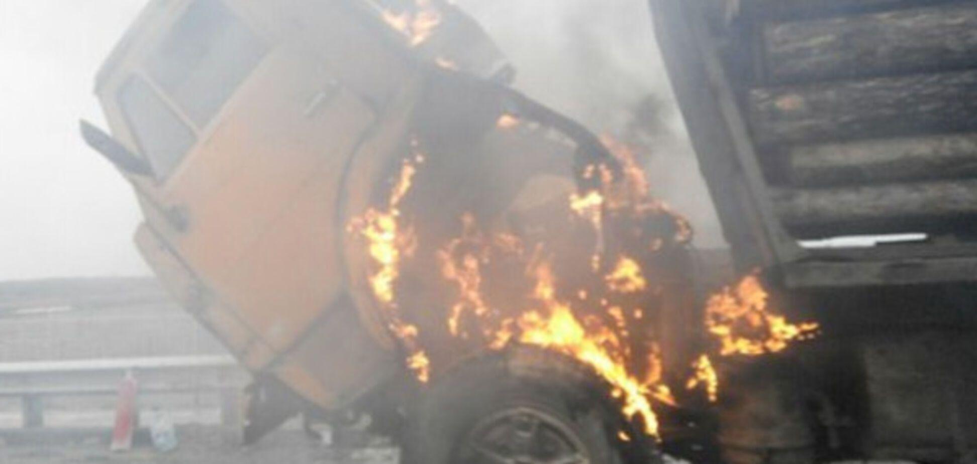 В Запорожской области посреди трассы загорелась фура (ВИДЕО)