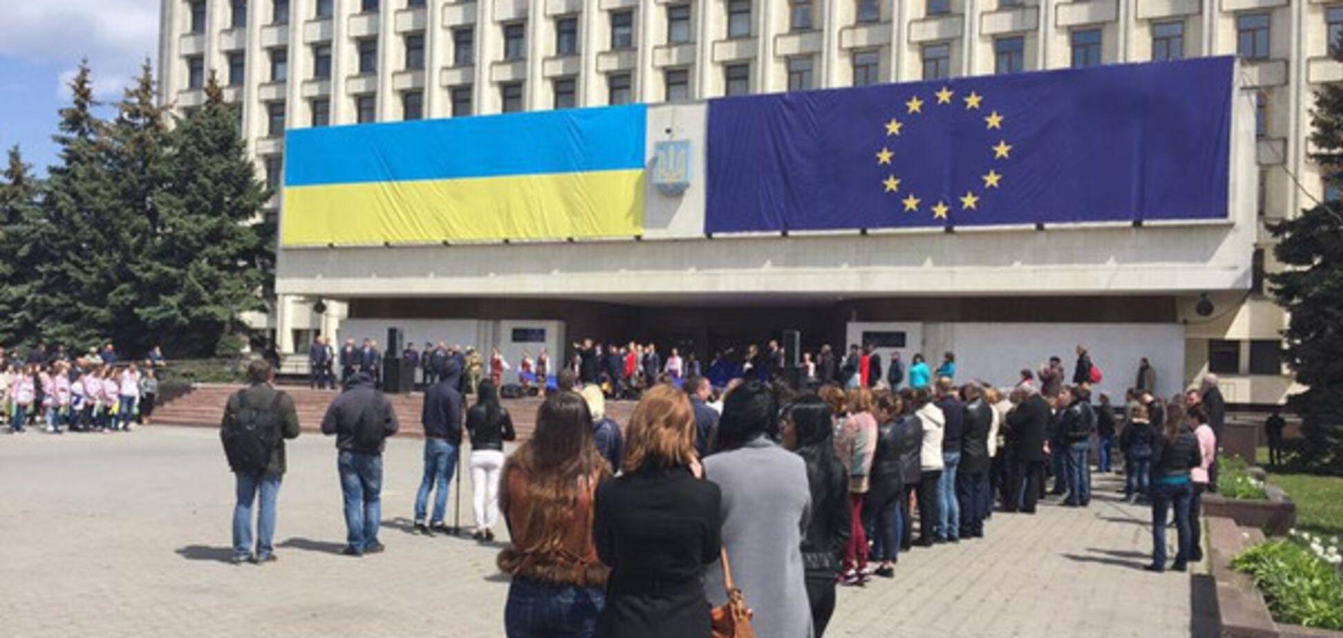 Безвизовый режим с ЕС: в Украине начался флеш-моб с гигантскими флагами Евросоюза