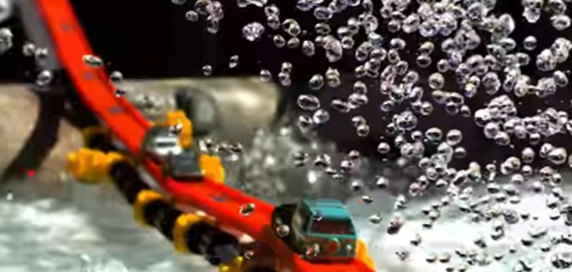 Мечта любого ребенка: видеоблогер построил неимоверно крутую игрушечную трассу
