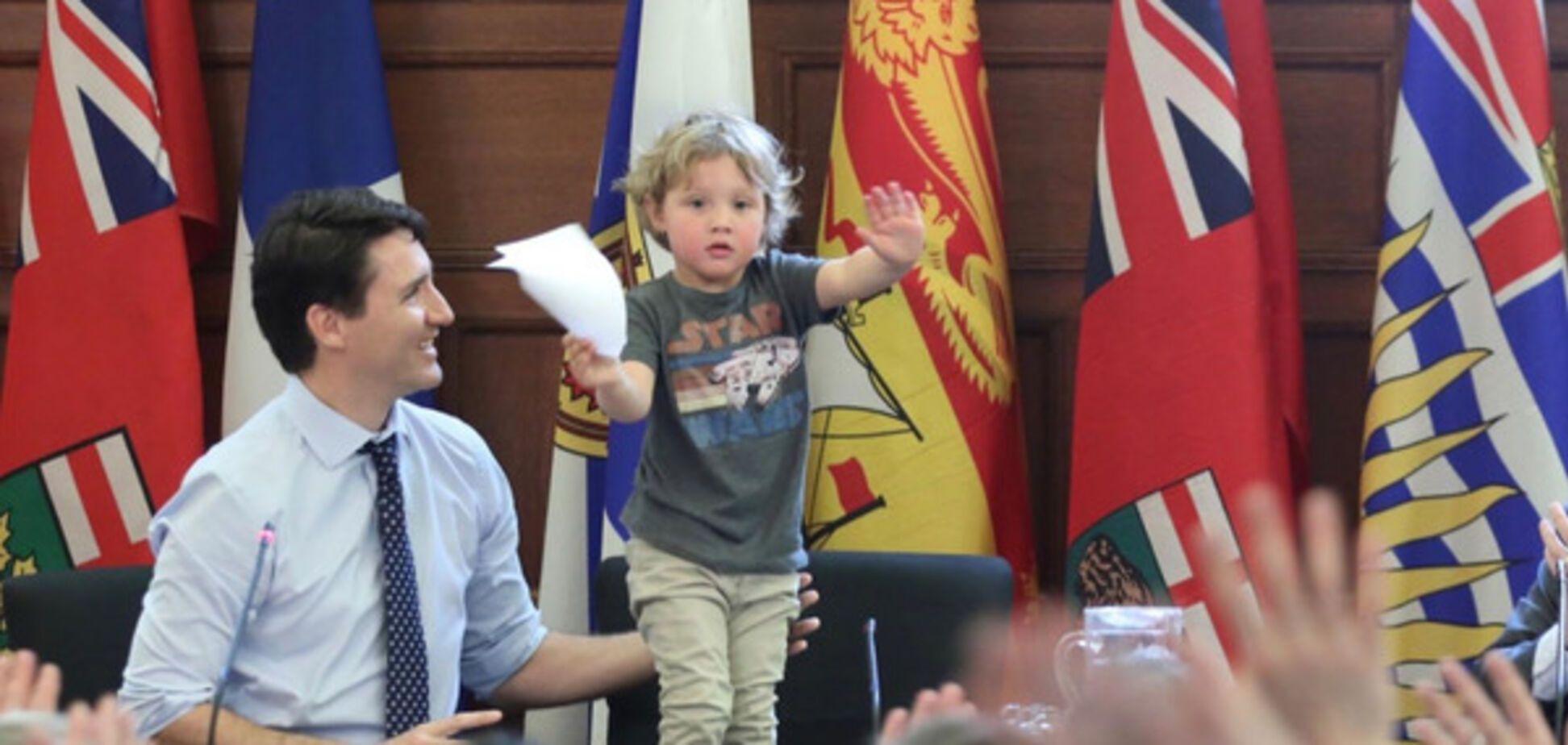 Ну и кто здесь главный? Премьер Канады пришел на работу с трехлетним сыном