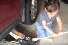 'Эта трехлетка знает о машинах больше, чем я': девочка поразила сеть своими навыками