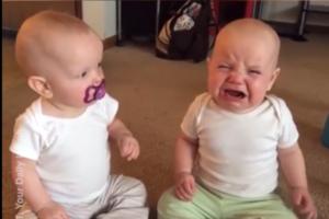 Важкі будні близнят: мережу підкорило відео з малюками, що б'ються за пустушку