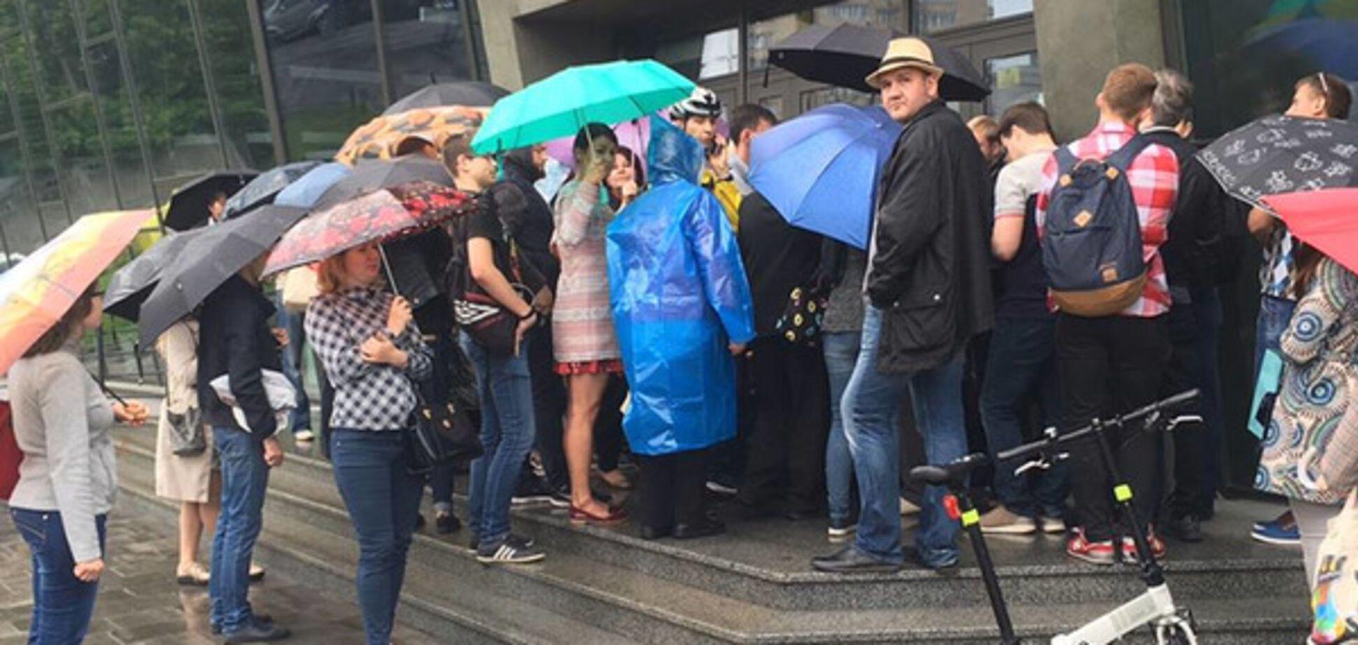 Все по-честному: соцсети поразила самоорганизация киевлян в 'живой' очереди