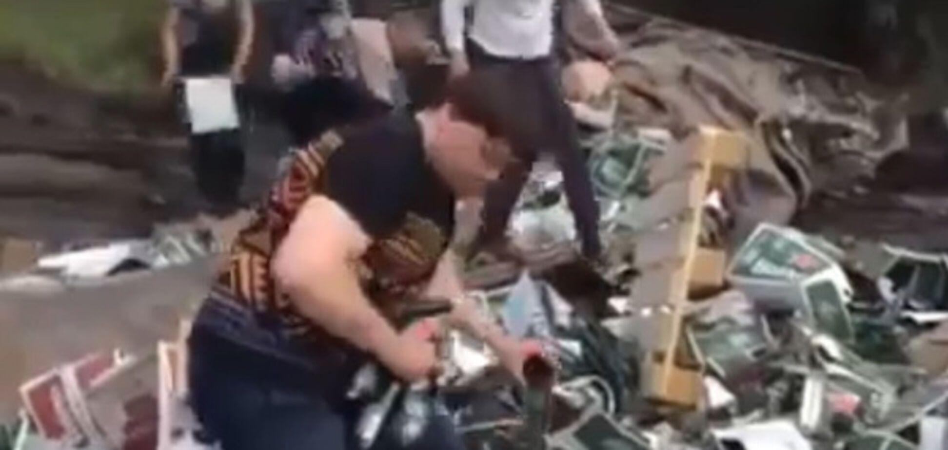 Россияне впали в бешенство из-за халявного пива из перевернувшейся фуры