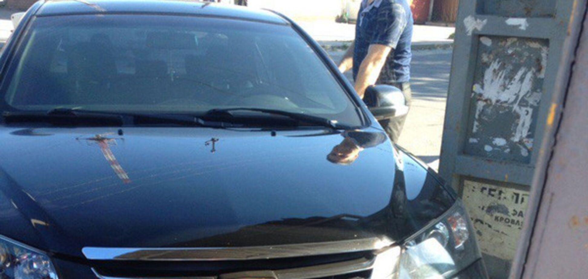 В Запорожье неуправляемый автомобиль въехал в остановку