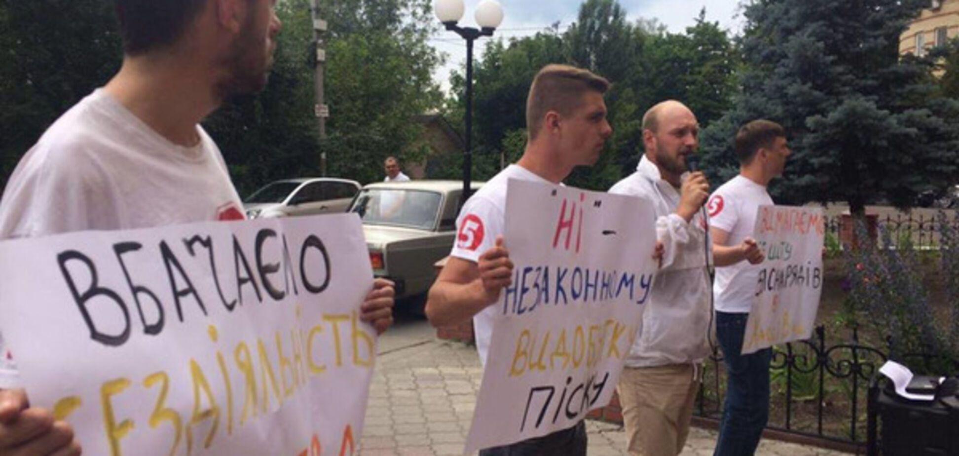 'Полиция саботирует работу!' Борцы с ворами песка устроили пикет под Киевом