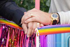 В России забавно проиллюстрировали первый брак трех мужчин