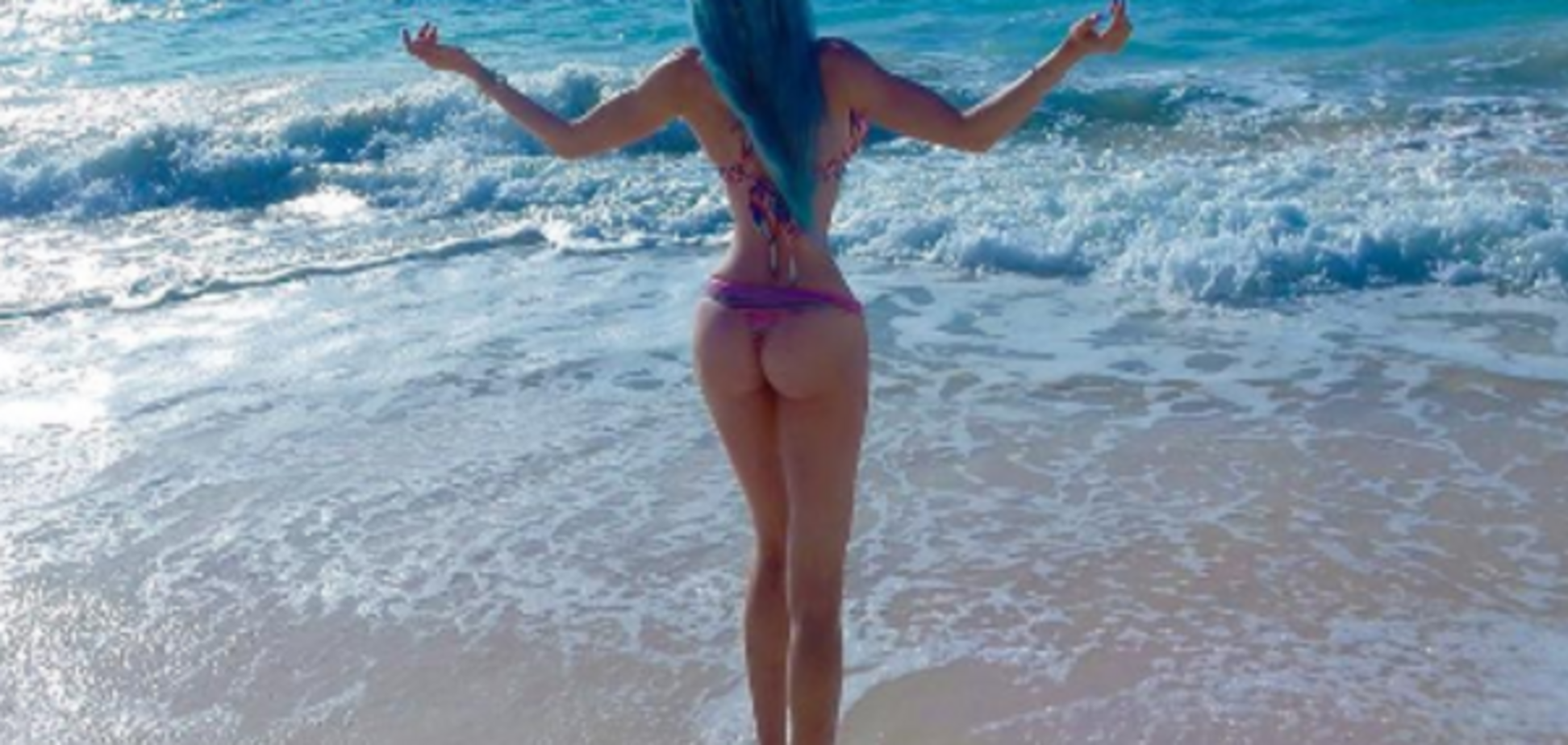 Одеська 'Барбі' ледь прикрила груди блакитним волоссям