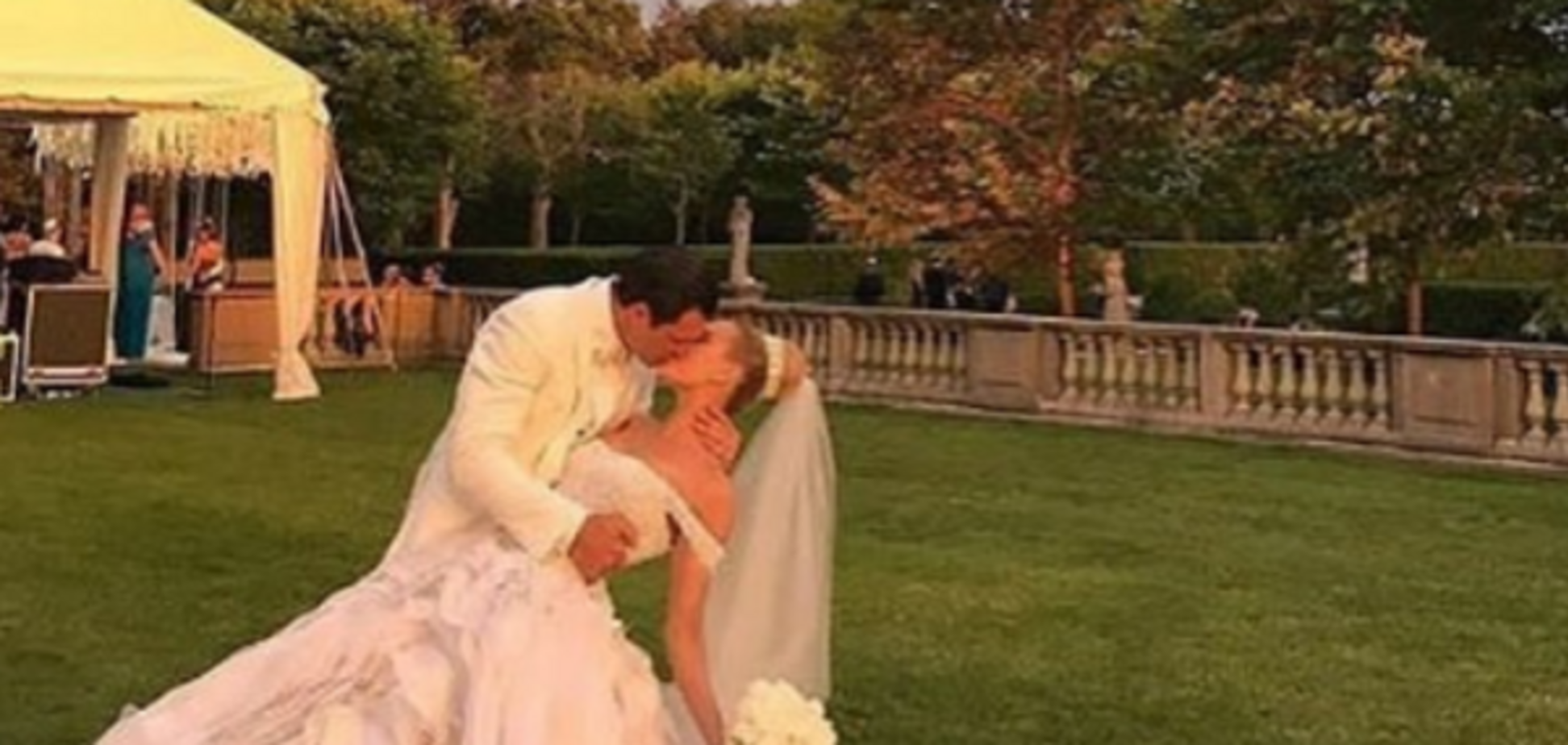 Герой шоу 'Холостяк' одружився зі своєю дівчиною: опубліковано фото і відео
