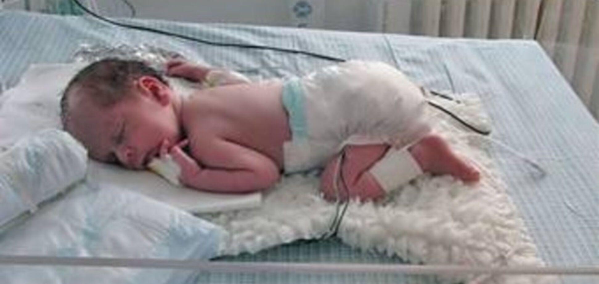 Бережіть дітей: немовля померло від поцілунку дорослого
