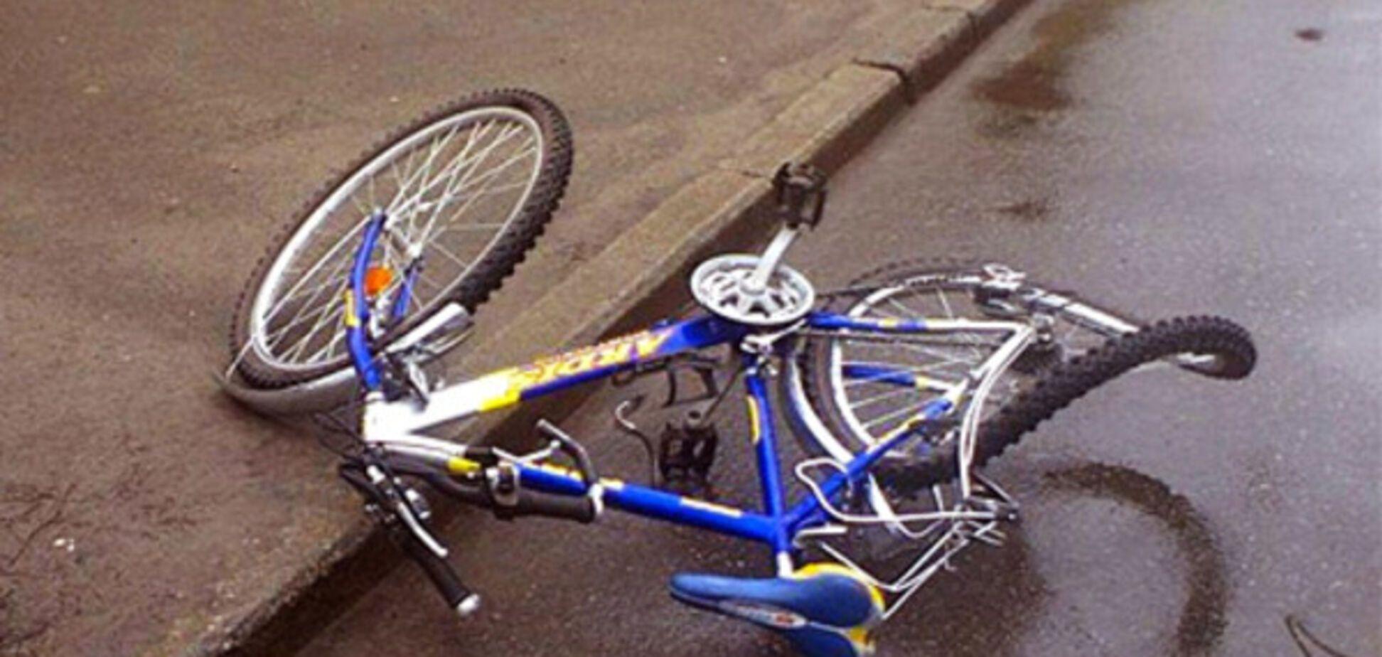 В Запорожье автомобиль сбил велосипедиста с маленькой девочкой