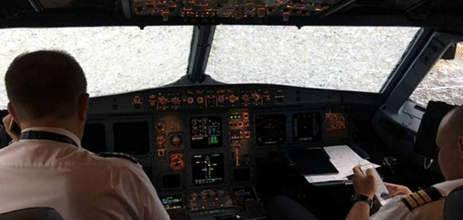 Прощались с жизнью: появилось душещипательное видео из разбитого градом самолета в Стамбуле