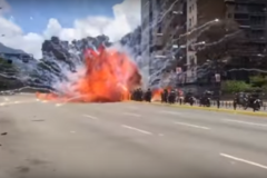 'Майдан' в Венесуэле: появилось видео подрыва полицейской колонны