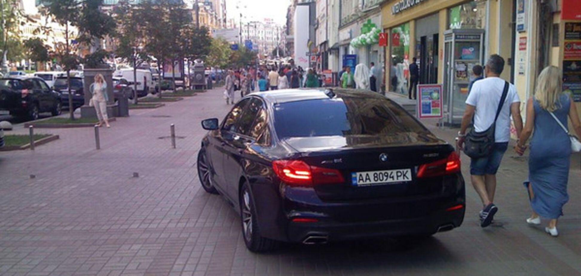Авто на тротуарі