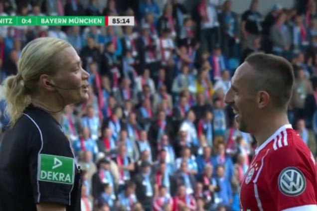 Знаменитый футболист во время матча поиздевался над женщиной-арбитром и забил роскошный гол: видеофакт