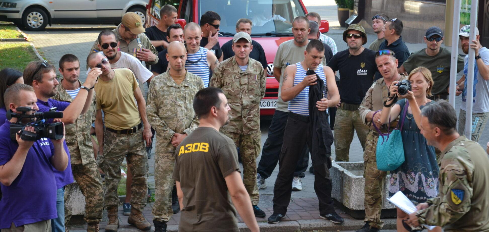 У Луцьку бійці АТО вийшли на протест проти свавілля УКРОПівських тітушок: з'явились фото