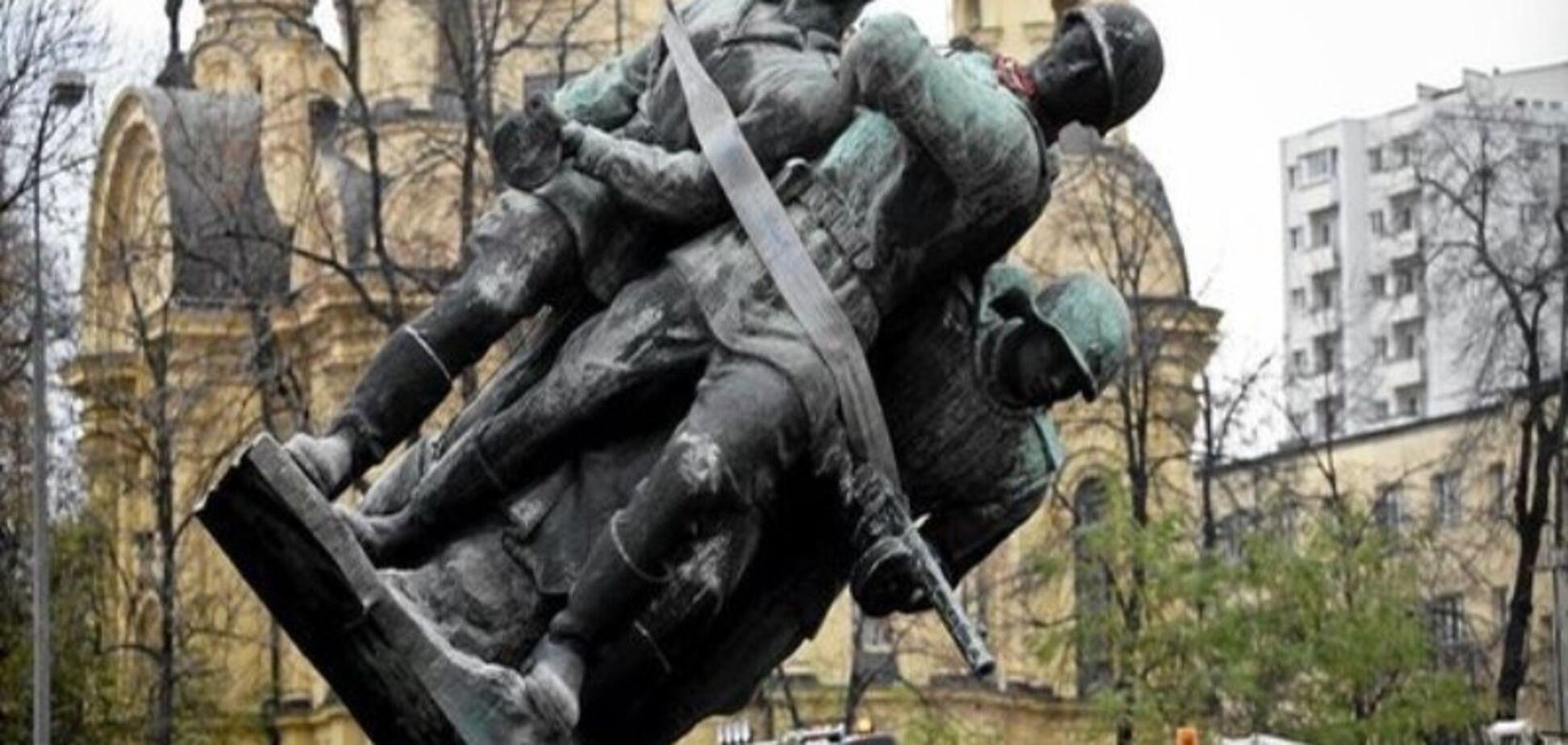 Зачем украинцы сносят советские памятники