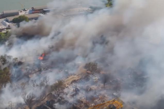 Для тушения пожара задействовано два вертолета ми-8 с водосбрасывающими емкостями пять тонн.