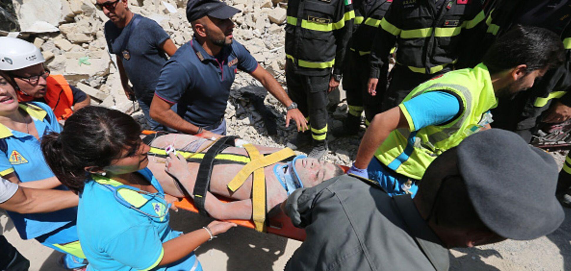 Батько всю ніч рив голими руками: відео порятунку трьох дітей з-під завалів в Італії зворушило світ