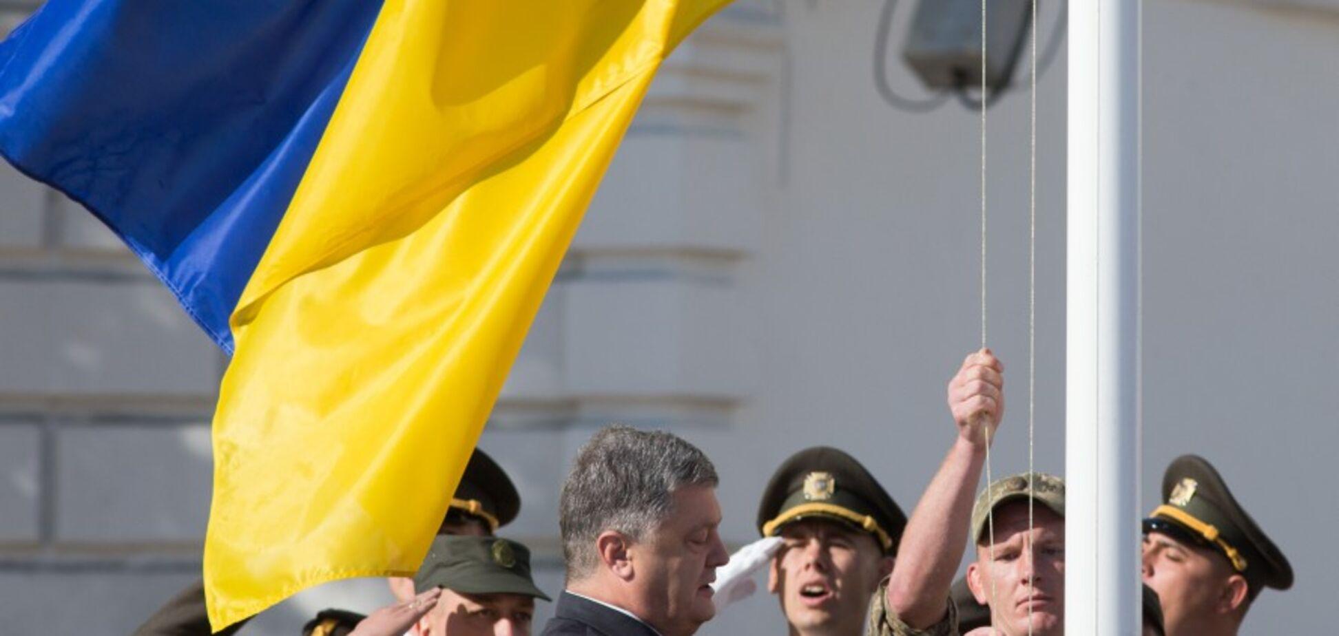 'Поднимем над Донбассом и Крымом': Порошенко поздравил Украину с Днем Государственного Флага
