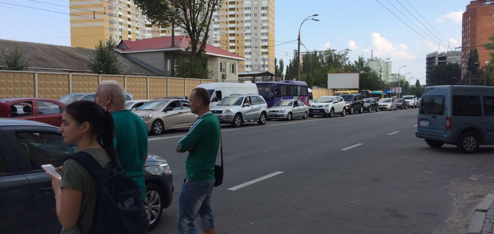 'Вдруг война - привыкайте!' В Киеве жители обесточенных домов перекрыли дорогу