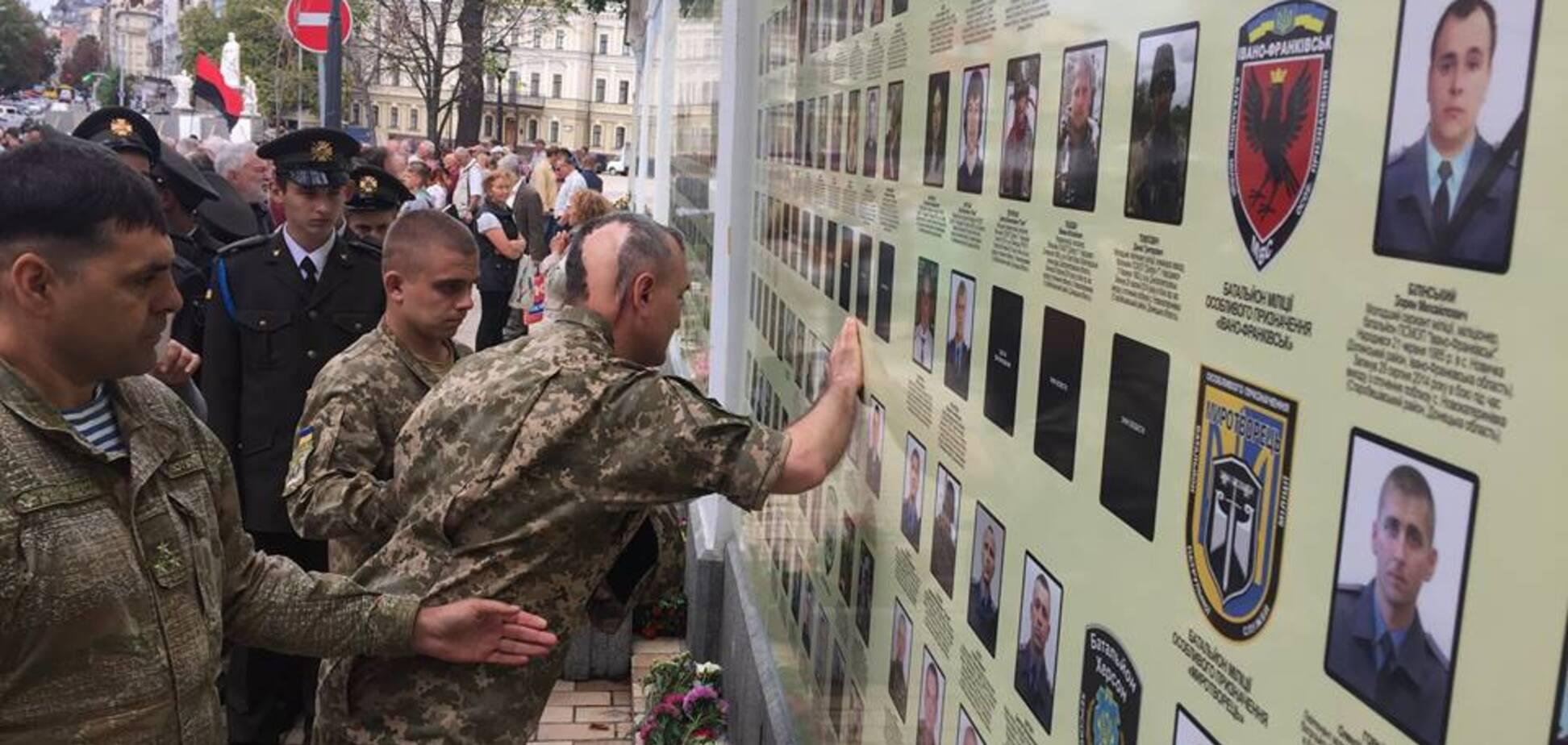 Больше, чем фото: Бутусов показал, как легендарный генерал почтил память погибших под Иловайском солдат