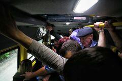 Щодня тисячі людей, як скоти, їздять в переповнених автобусах