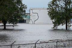 Ураган в США: на химзаводе близ Хьюстона прогремели взрывы