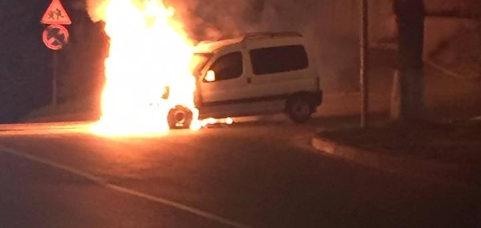 'Водитель и пассажиры выскочили': в Киеве на ходу загорелся автомобиль