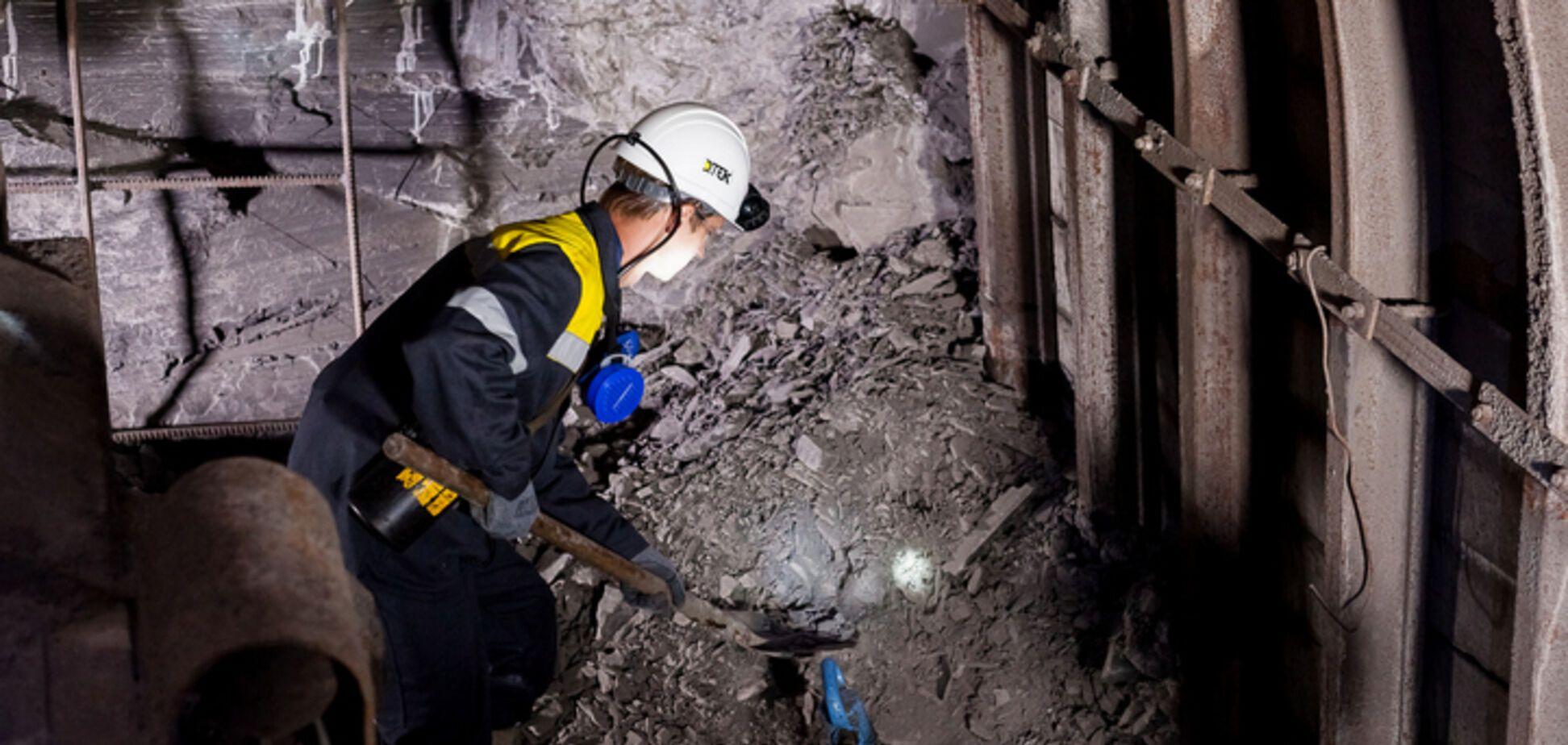 Футболист сборной Украины попробовал добыть уголь, спустившись в шахту: опубликованы фото