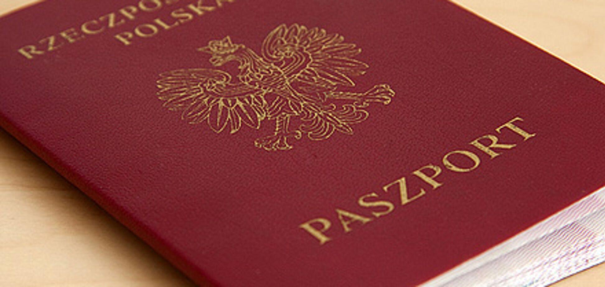 Польща опинилася у центрі міжнародного скандалу через нові паспорти