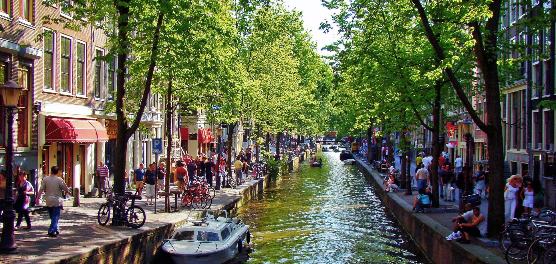 А могла би курити траву в Амстердамі
