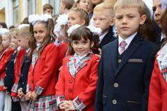 У День знань діти Донбасу отримали від Бориса Колесникова портфелі і солодкі набори