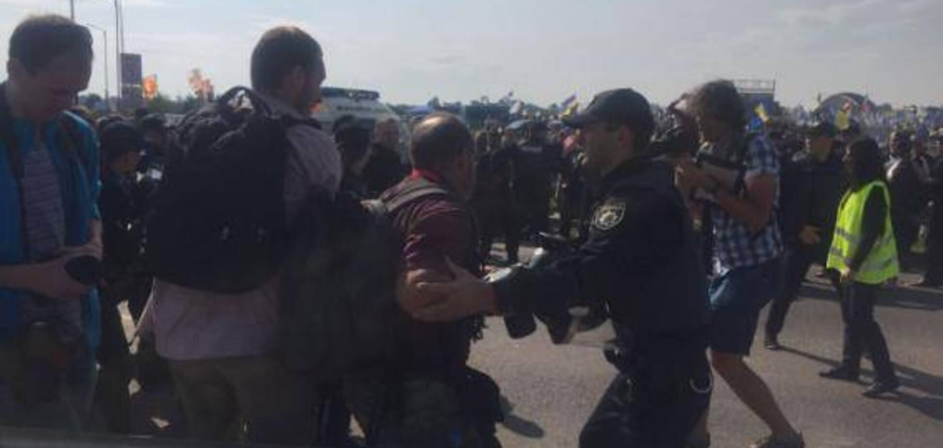 Шли на 'Краковец': полиция задержала и обезоружила более 100 'титушек'