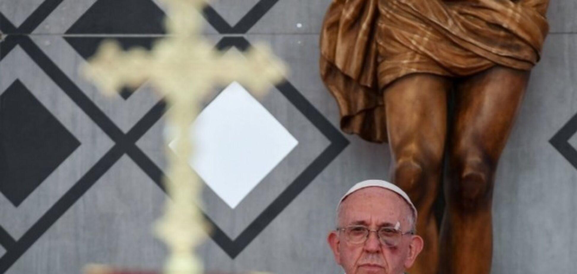 'Отримав по обличчю': Папа Римський вийшов на проповідь із синцем